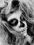 De verf van het skeletgezicht op een vrouw stock afbeeldingen