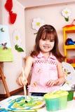 De verfbeeld van het kind in kleuterschool. stock fotografie