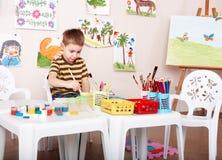 De verfbeeld van het kind in kleuterschool. royalty-vrije stock afbeelding