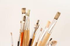 De verfborstels van de kunstenaar met sporen van droge verf Royalty-vrije Stock Foto's