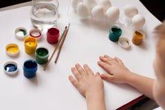 De verfpaaseieren van kinderen` s handen Het kind trekt, stap voor stap Stock Foto