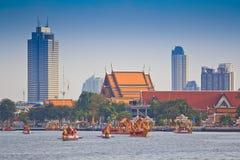 De verfraaide aak paradeert voorbij het Grote Paleis in Chao Phraya River Stock Fotografie