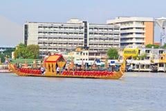 De verfraaide aak paradeert voorbij het Grote Paleis in Chao Phraya River Stock Foto