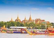 De verfraaide aak paradeert voorbij het Grote Paleis in Chao Phraya River Royalty-vrije Stock Foto's