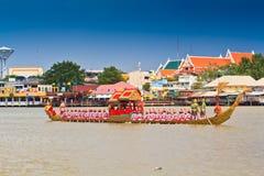 De verfraaide aak paradeert voorbij het Grote Paleis in Chao Phraya River Stock Afbeelding