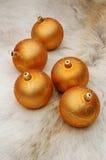 De verfraaide gouden ballen van Kerstmis Stock Foto's