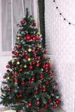 De verfraaide gouden Kerstboom met harten van de het ornament de kunstmatige ster van het golderlapwerk stelt voor nieuw jaar op  Royalty-vrije Stock Afbeelding