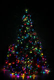 De verfraaide Kerstboom stak omhoog met kleurrijke lichten aan Stock Fotografie