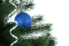 De verfraaide Kerstmisboom op witte achtergrond, sluit omhoog Stock Foto's