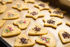 De verfraaide koekjes van Kerstmis klaar voor baksel royalty-vrije stock foto