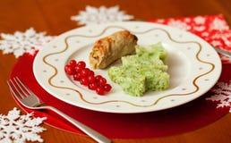 De verfraaide lijst van Kerstmis met smakelijke kalfsvlees en brij Stock Fotografie