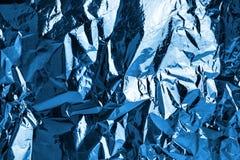 De verfrommelde donkerblauwe achtergrond van de folie glanzende textuur, helder glanzend koud ijzig ontwerp, metaal schittert opp royalty-vrije stock afbeeldingen