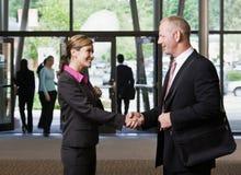 De vergadering en het schudden van Businesspeople handen Royalty-vrije Stock Foto's