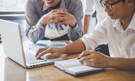 De vergadering start van de bedrijfsmensengroep, Commerci?le teamvergadering die met nieuwe startproject, besprekings en analyse  stock afbeelding