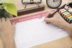 De vergadering van de de Kalenderontwerper van de bedrijfshandlijst over bureaubureau Stock Foto's