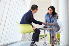 De Vergadering van de zakenman en van de Onderneemster in Modern Bureau Royalty-vrije Stock Foto's