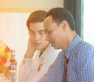 De vergadering van de zakenmanbespreking in koffiewinkel Stock Foto