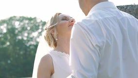 De vergadering van het huwelijkspaar en het omhelzen op het balkon van het kasteel langzaam stock video