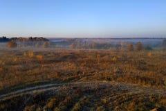 de vergadering van het ochtendgebied met mist en zon stock fotografie