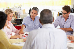 De Vergadering van het team in Creatief Bureau Stock Afbeelding