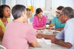 De Vergadering van het team in Creatief Bureau Stock Afbeeldingen