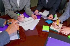 De Vergadering van het team met Documenten en het Schrijven Royalty-vrije Stock Afbeelding