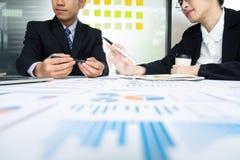 De vergadering van het zakenliedengroepswerk om de investering te bespreken stock foto's