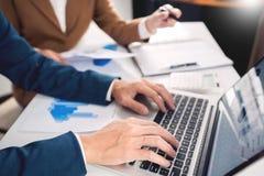 de vergaderingsconcept van het groepswerkbedrijf, partners die met laptop computer werken die samen start financieel project anal royalty-vrije stock afbeeldingen