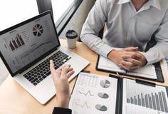 De vergaderingsconcept van het groepswerkbedrijf, partners die met laptop computer werken die samen start financieel project anal stock foto