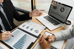 De vergaderingsconcept van het groepswerkbedrijf, partners die met laptop computer werken die samen start financieel project anal stock afbeeldingen