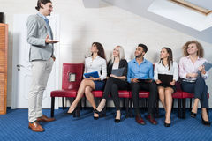 De Vergaderingszitting van de bedrijfsmensengroep in Lijnrij, Zakenluirekrutering die op Job Interview Candidate wachten Royalty-vrije Stock Fotografie