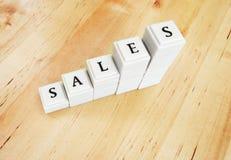 De verhoging van de verkoop - woord van blokken Stock Foto's
