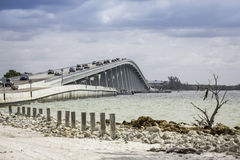 De Verhoogde weg en de Brug van Sanibel in Florida Stock Fotografie