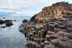 De verhoogde weg van de reus, de kust van Noord-Ierland Stock Foto