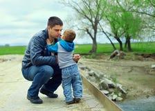 De verhoudingen van de vader en van de zoon. platteland stock afbeeldingen