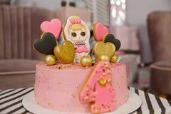 De verjaardagscake 4 jaar verfraaide met peperkoekharten met suikerglazuur en aantal vier bleek schuimgebakje - roze royalty-vrije stock fotografie