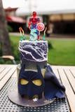 de de verjaardagscake van de 5 jaarbaby met spiderman op bovenkant en de batman maskeren op lijst openlucht royalty-vrije stock foto's