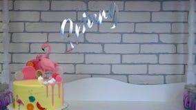 De verjaardagscake van kinderen bij suikergoedbar stock footage