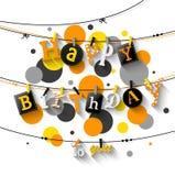De verjaardagskaart met Wasknijper en de kleurrijke brieven hangen op kabel Royalty-vrije Stock Foto's