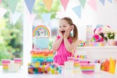 De verjaardagspartij van jonge geitjes Meisje met cake stock afbeelding