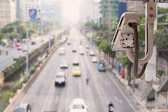 De verkeerscamera neemt het verkeer van voertuigen op een weg waar stock fotografie