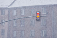 Verkeerslichten tijdens zware sneeuwval Stock Fotografie