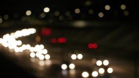 De verkeerslichten van de Defocusednacht stock footage