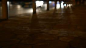 De verkeerslichten van de Defocusednacht met onduidelijk beeldmensen lopen langs straat Bangkok Thailand 4K UHD 25fps stock video