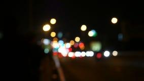 De verkeerslichten van de Defocusednacht met onduidelijk beeldmensen lopen langs straat Bangkok Thailand 4K UHD 25fps stock footage