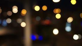 De verkeerslichten van de Defocusednacht stock video