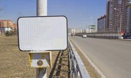 De verkeerslichten van de machtsknoop bij het zebrapad met een leeg teken Op een leeg teken kan op de inschrijving van om het eve stock fotografie