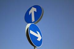 De verkeersteken die van de pijl op verschillende richtingen richt Royalty-vrije Stock Foto's