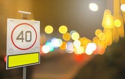 De verkeersteken met zonnecel en defocused lichten bokeh als licht Stock Foto