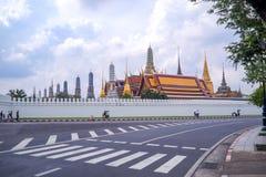De verkeersteken op weg hebben achtergrond Wat Phra Kaew stock afbeeldingen